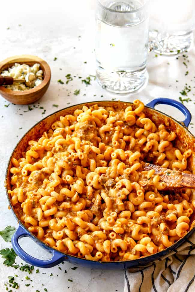 showing how to make buffalo mac and cheese by stirring until well combined