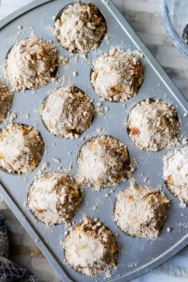 showing how to make French Toast Muffins by adding streusel toppiing